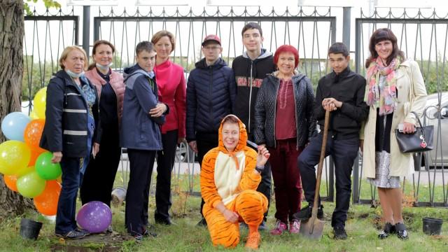 Многолетники Мира были посажены во дворе 565 школы Кировского района Санкт-Петербурга